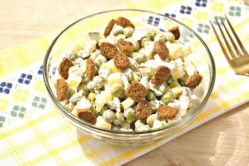 Как приготовить восхитительный салат с сухариками: 9 рецептов