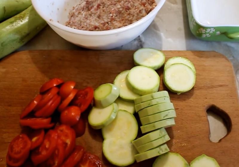 Нежнейшая запеканка из молодых кабачков — блюдо далеко не диетическое. Летний рецепт.