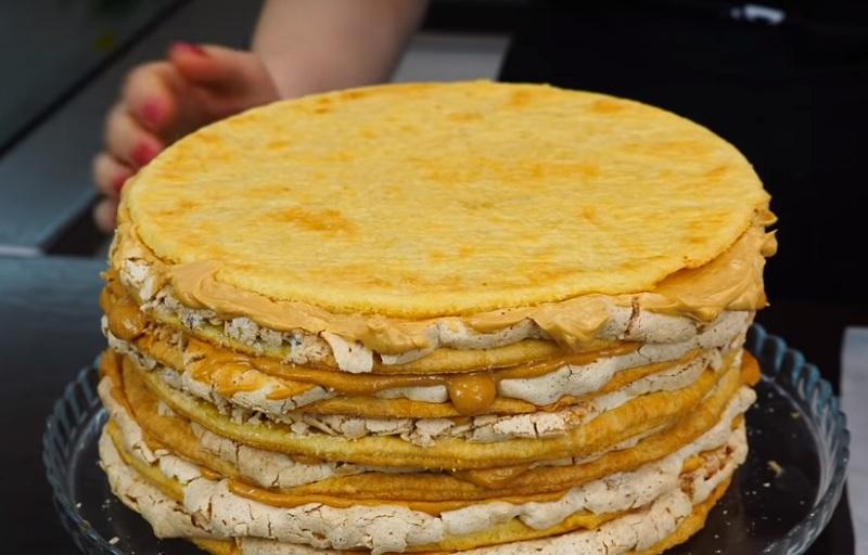 Как приготовить торт «Наполеон» с воздушной прослойкой из безе с грецкими орехами