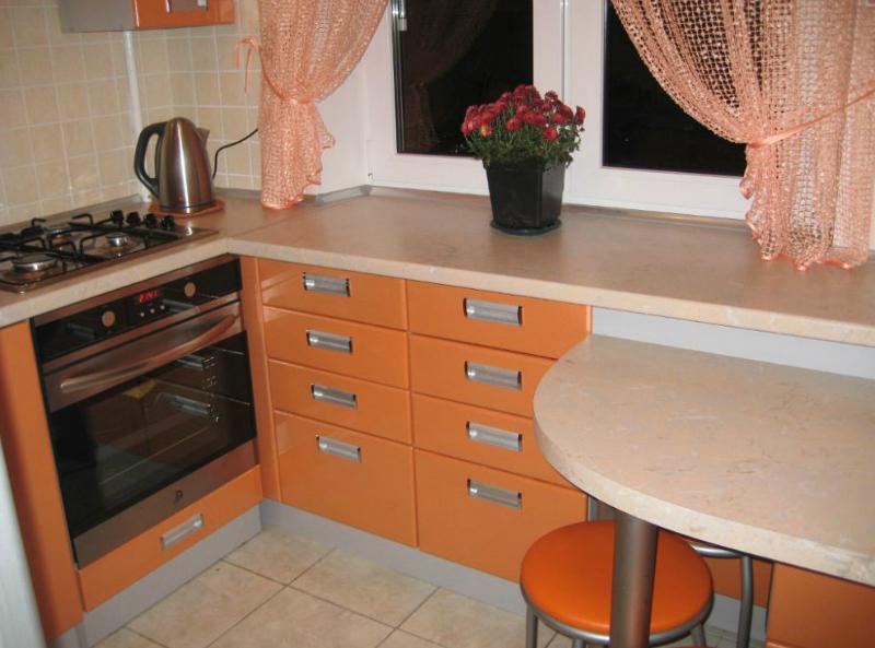 Пример максимально продуманной планировки кухни-малютки: 12 шкафов, холодильник и рабочая зона 80 см