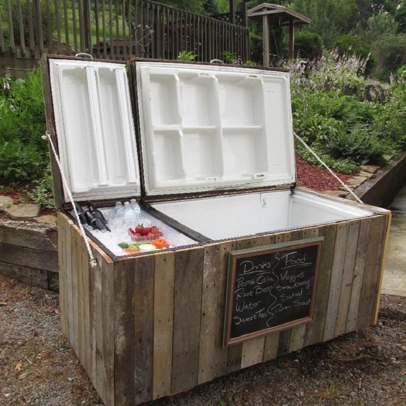 Зачем закапывать старый холодильник за домом на даче