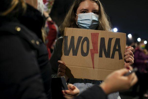 В Польше фактически запретили аборты. Начались массовые протесты.